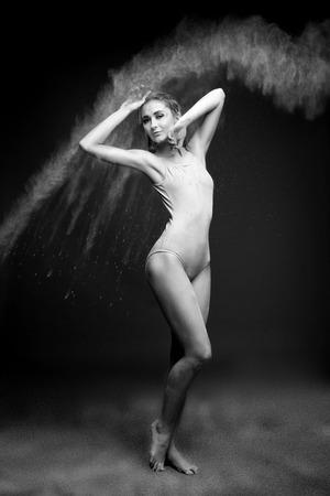 Athletic dancer in cloud of powder on the scene 版權商用圖片 - 86365153