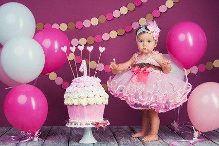 The little girls birthday girl was smeared into a cake. The first cake. The use of the first cake. Smash cake