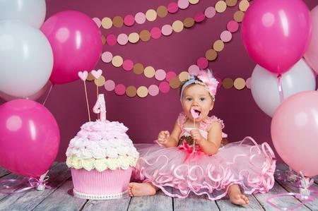 The little girl's birthday girl was smeared into a cake. The first cake. The use of the first cake. Smash cake