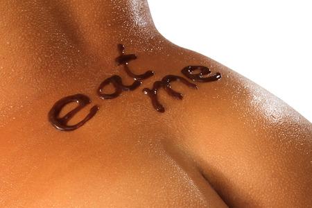 desnudo artistico: Close-up de la espalda de la mujer con la iluminaci�n de contraste y fondo blanco