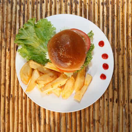 sandwich de pollo: Foto La luz natural de hamburguesa de pollo y papas fritas vista superior 1 Foto de archivo
