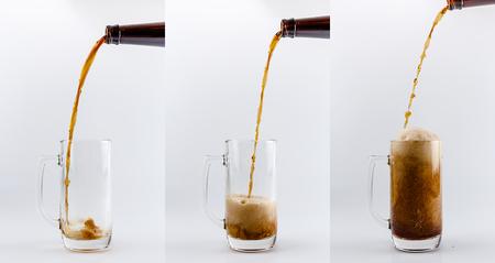 cerveza negra: Conjunto de tres tazas de vidrio de cerveza. proceso de cerveza valiente oscura que vierte en una taza de cristal de cerveza, salpicaduras, gotas y espuma alrededor de la taza de cristal contra el fondo blanco Foto de archivo