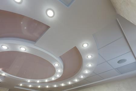techo capas moderna con luces incrustadas y se estiró incrustaciones de techo, luces encendidas