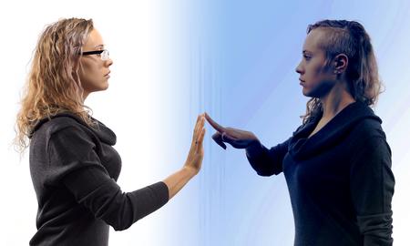 Selbstgespräche Konzept. Junge blonde kaukasische Frau zu sich selbst sprechen in Spiegelreflexion, zeigt Gesten. Doppelporträt von zwei verschiedenen Seitenansichten.
