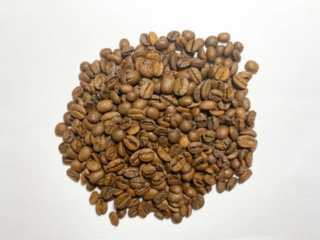 A bunch of Arabica coffee beans on a white isolated background Standard-Bild