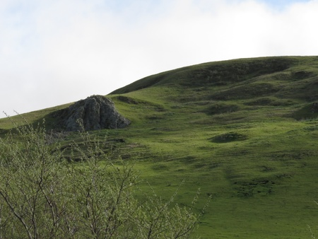 paisaje lunar: Verdes colinas, en la tarde en la costa de California, con una apariencia lunar verde Foto de archivo