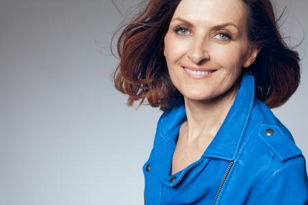 파란색 재킷에 매력적인 행복 중간 여자
