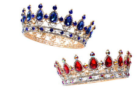 Couronne royale avec des rubis rouges et des pierres précieuses bleues. Banque d'images - 81353717