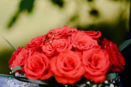 Trouwringen op een boeket rozen Stockfoto