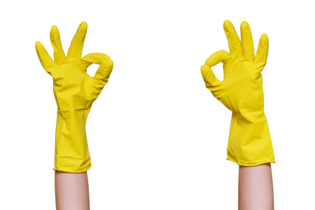 Hand simbol OK in gelben Gummihandschuhen zur Reinigung. Getrennt auf weißem Hintergrund.