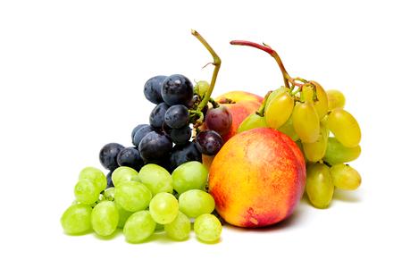 Branche de raisin vert et bleu et nectarine sur fond blanc. Fruits frais d'été isolés Banque d'images - 81353853
