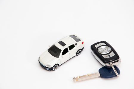 Auto con chiavi su uno sfondo bianco isolato Archivio Fotografico - 81279588