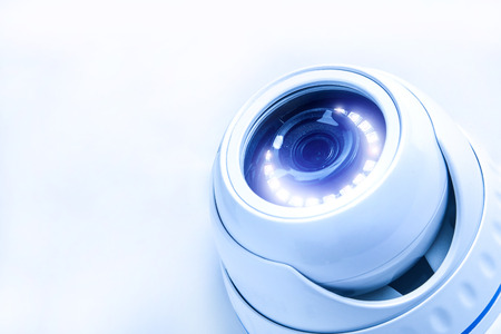 Cámara CCTV de seguridad, imagen teñida en tonos azules.