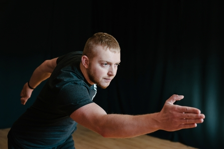 coordinacion: Hombre joven que hace ejercicios de coordinaci�n motora.