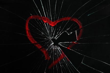 in disrepair: vetro rotto con cuore disegnato