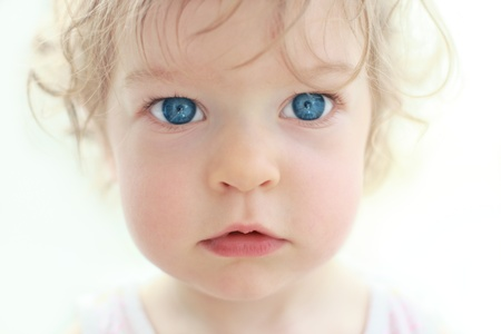 with blue eyes: The amazed little girl - shallow depth of field