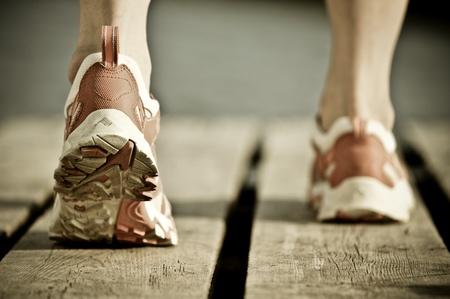 dirty feet: Pieds de jogging man. Vintage images teint�es Banque d'images