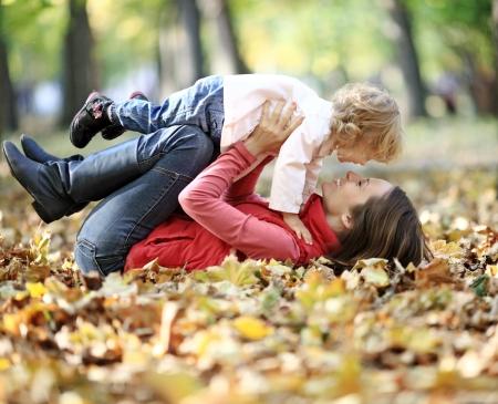 家庭: Happy family having fun in autumn park