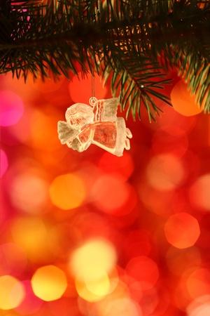 Weinlese-Weihnachtsengels gegen Licht unscharfen Hintergrund