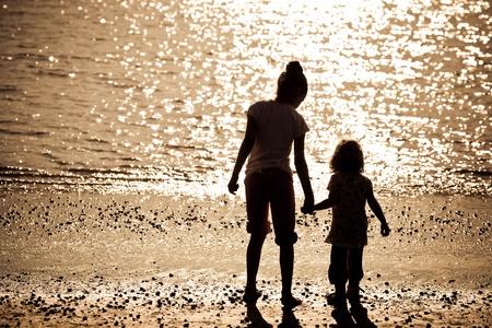 klein meisje op strand: