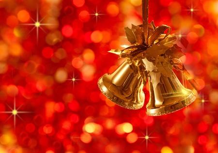 campanas: Adornos de �rbol de Navidad de oro sobre fondo de luces
