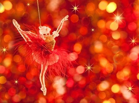 muerdago navideÃ?  Ã? Ã?±o: Decoración de árboles de Navidad sobre fondo de luces rojas