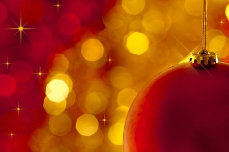 milagro: Decoraci�n de �rbol de Navidad sobre fondo rojo y oro de luces