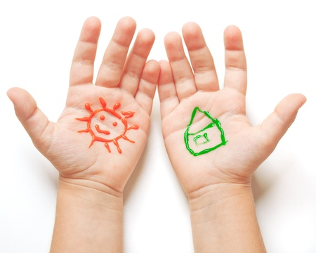 hand schilderen: Getrokken zon en huis op baby handen. Spring begrip Stockfoto