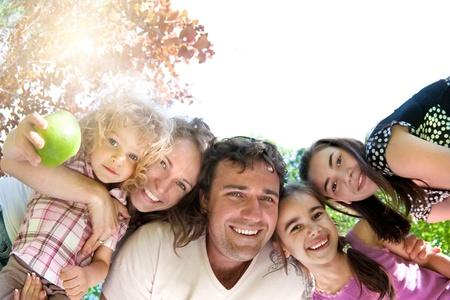 frutas divertidas: Familia feliz divirti�ndose en el parque de verano