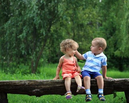 family picnic: Los niños en el parque de verano