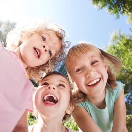 niños felices: Niños felices que se divierten en la primavera