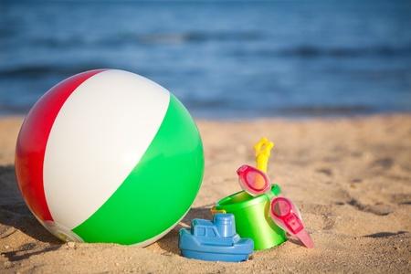 Barnens leksaker för sand och uppblåsbar boll på stranden Sommar semester koncept Stockfoto