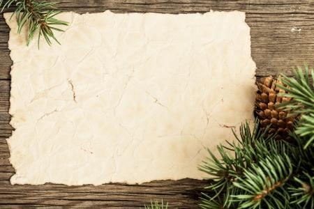 weihnachten vintage: Blank Vintage-Papier gerahmte Zweig der Weihnachtsbaum auf Holz