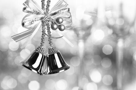 campanas navidad: Decoraci�n de Navidad �rbol sobre fondo de plata luces