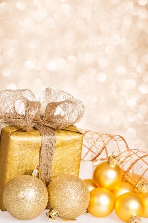 수직의: 크리스마스 트리 장식 및 조명 배경에 선물 상자 스톡 사진