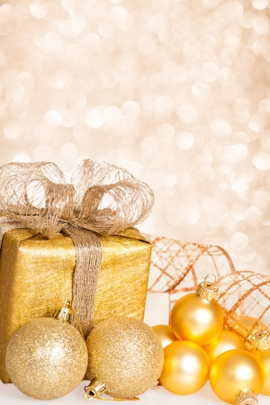 Vertical: Decoraciones para �rboles de Navidad y caja de regalo contra el fondo luces