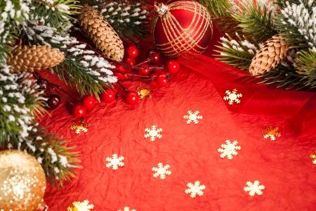 Grens van de kerstboom decoraties op rood papier