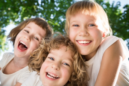 ni�os riendo: Bajo, �ngulo, vista retrato de ni�os felices al aire libre en el parque de la primavera. Fisheye disparo Foto de archivo