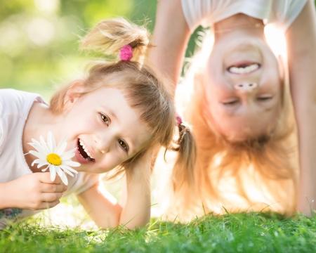 niños felices: Activo niños felices que juegan al aire libre en el parque del resorte