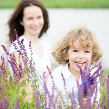lavanda: Ni�o feliz con ramo de flores de primavera al aire libre, concepto del d�a de madres