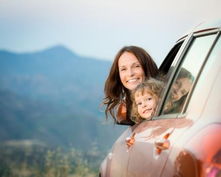 coche: Viaje en coche Familia feliz en vacaciones de verano. Concepto de viajes Foto de archivo
