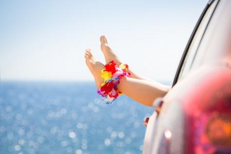 Kvinna ben mot blå havet bakgrund