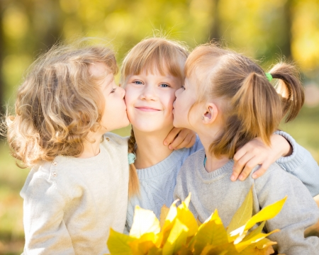 trois enfants: Des enfants heureux avec des feuilles d'?rable ? l'automne parc