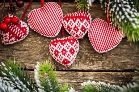 Kerstboom decoraties opknoping op tak tegen houten. Winter vakantie concept