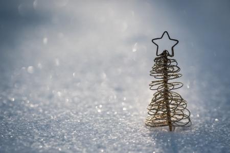 本物の雪アウトドア冬休日概念浅い深さのフィールドのクリスマス ツリーの装飾