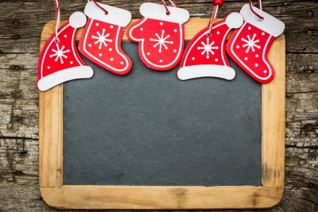 feliz: Confine albero di Natale decorazioni su legno vintage lavagna Vacanze invernali concetto Copia spazio per il testo