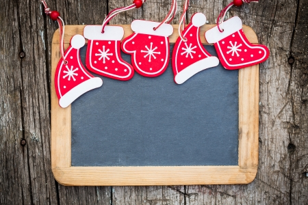 ヴィンテージの木製黒板冬休日概念コピー テキストのスペースを上のクリスマス ツリー装飾境界線