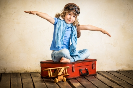 piloto de avion: Ni�o feliz jugando con avi�n de juguete