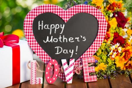 cadeau anniversaire: Beau bouquet de fleurs sur fond vert. concept de vacances en famille au printemps. F�te des m�res ` Banque d'images