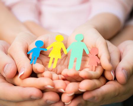konzepte: Papier-Familie in die Hände
